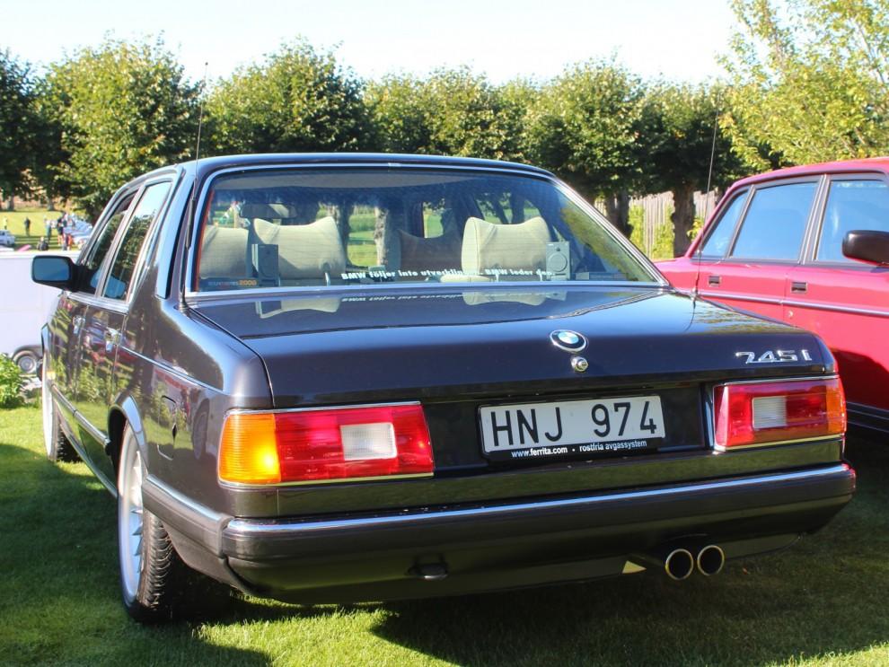 Nästa BMW att turboladdas var 745i som kom 1980,  252 hästar gav det i den stora sexan.