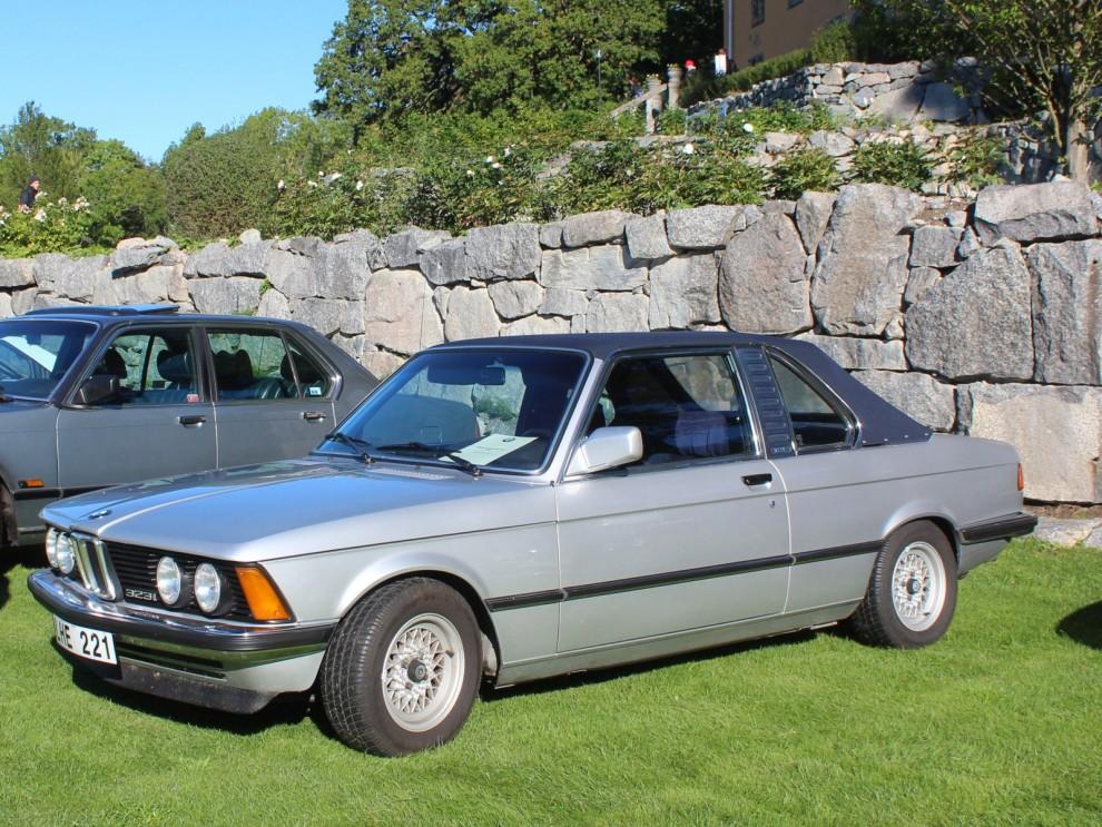 Ett tag förutspåddes cabrioletens död i ständigt väcxande säkerhetsiver. När man började våga göra öppna bilar igen var det med stora bågar och massa skydd, de första BMW 3-seriecabbarna såg ut så här.