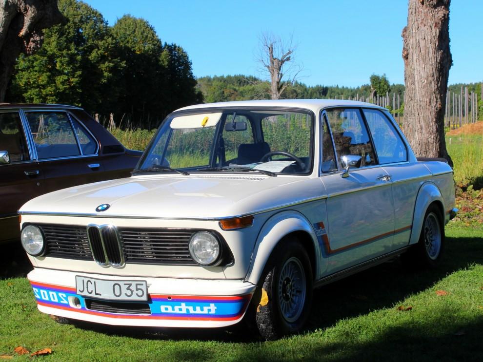 Precis lagom till bensinkrisen 1973 presenterade BMW dräparbilen 2002 Turbo. Försäljningen gick trögt, den var tuff, men dyr och törstig. 1672 Turbos gjordes och är idag högvilt i bilkretsar.