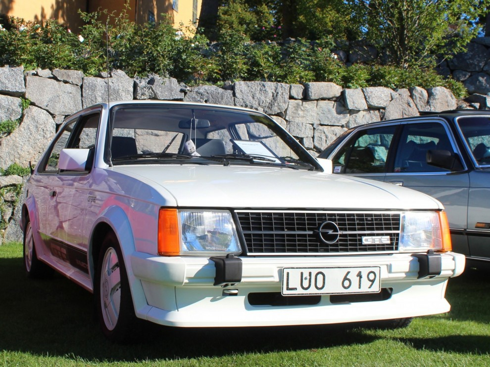 Opel Kadett GTE i vitt, åttiotalsideal.