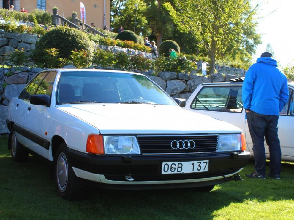 Snygg och välbevarad Audi 100, en form som var rent futuristisk när den kom 1982 och känns rätt än idag.