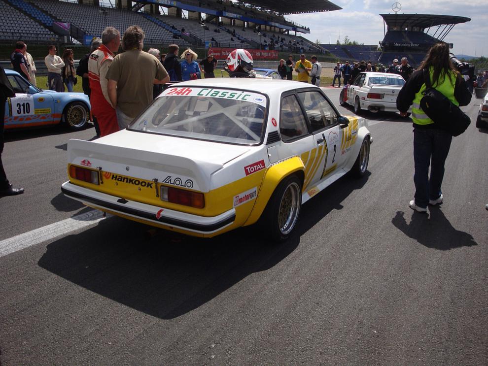 Våldsamt snabb Opel Ascona 400 innan starten på 3-timmars racet på Nürburgring