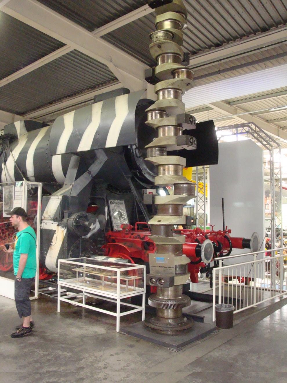 5,4 meter lång vevaxel som väger 6,9 ton. Auto & Technik Museum Sinsheim