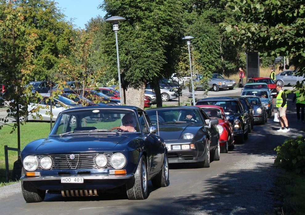 Snart fylldes allén med trevliga bilar och folk