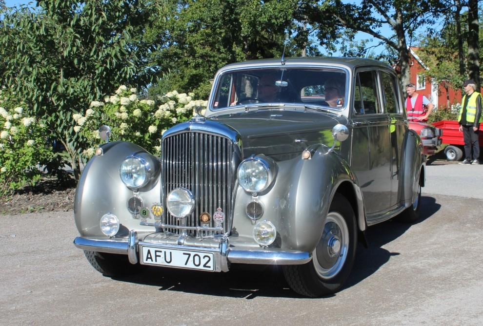 Trycket var stort och under dagen fick alternativa insläpp ordnas, här kommer en pampig Bentley mk VI från 1952