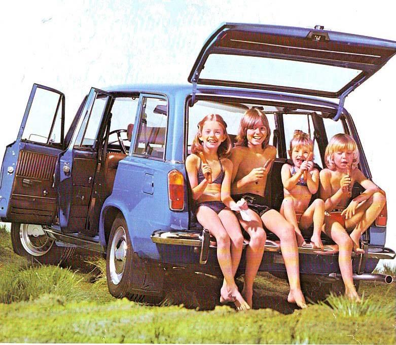Glada barn på badutflykt i VAZ 2102