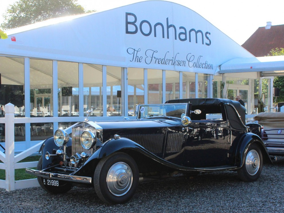 Rolls-Royce Phantom II Continental Owen Sedanca Coupe är det fullständiga namnet på den här massiva skönheten framför auktionstältet. Årsmodellen är 1933 och karossen kommer från Gurney Nutting