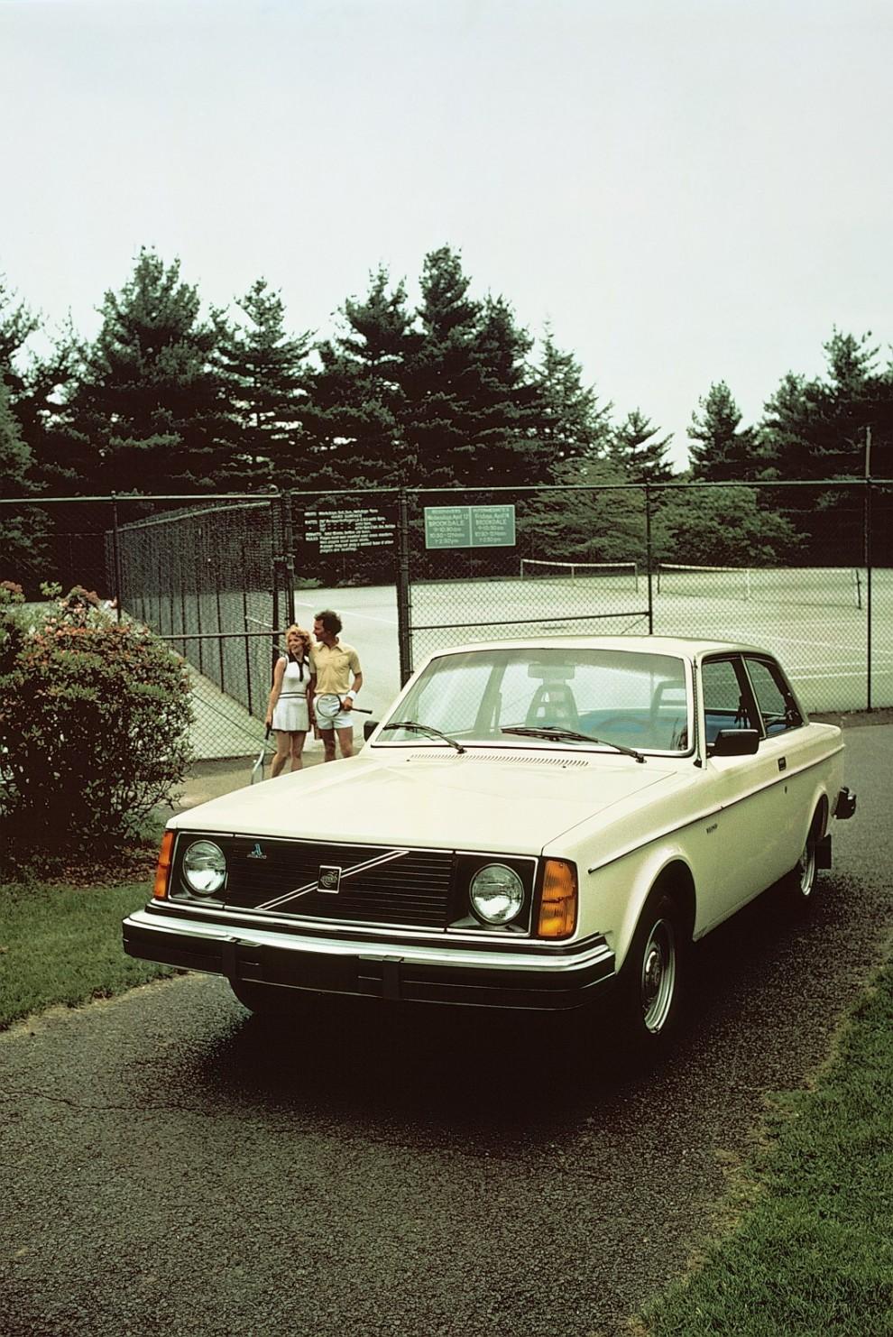 Volvo 242, billigast i 240-serien men passar i USA-specifikation också väl för den vita sporten.