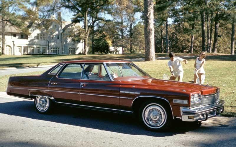 Övar på backhanden vid en Buick Electra 1975, en bil nästan lika stor som en inomhushall.