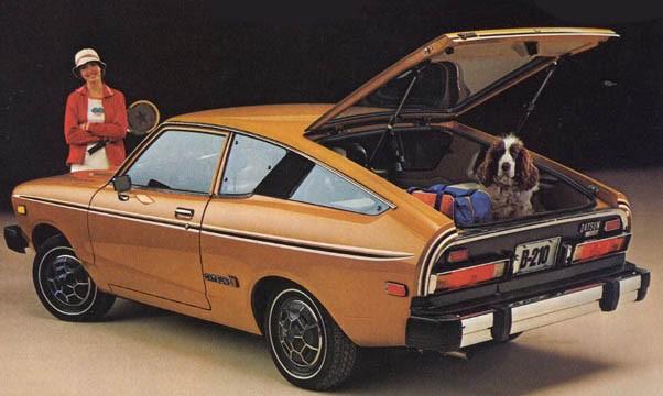 Datsun B210 1977 för USA. Ombyte, racket och hund packade och klara för en dag på courten.
