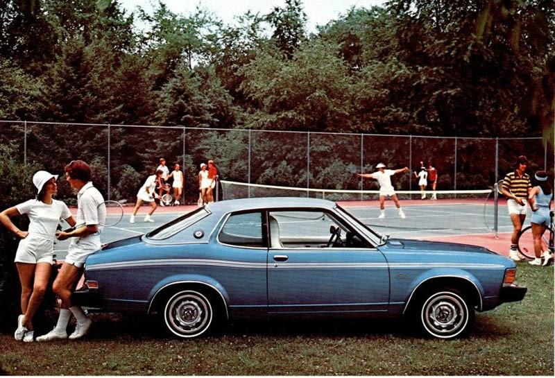 Dodge Colt var egentligen en Mitsubishi. Detta är en Colt Carousel, snyggt tillsnofsad hardtop, och gör sig bra som kuttersmycke vid tennisplanen