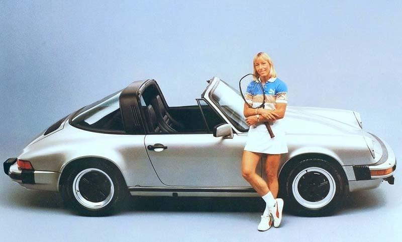 Martina Navratilova med sin Porsche 911SC. Martinas karriär är en av de längsta som professionell tennisspelare, över 30 år. På dessa år spelade hon in totalt 21 miljoner dollar i prispengar, som borde räcka till många Porschar.