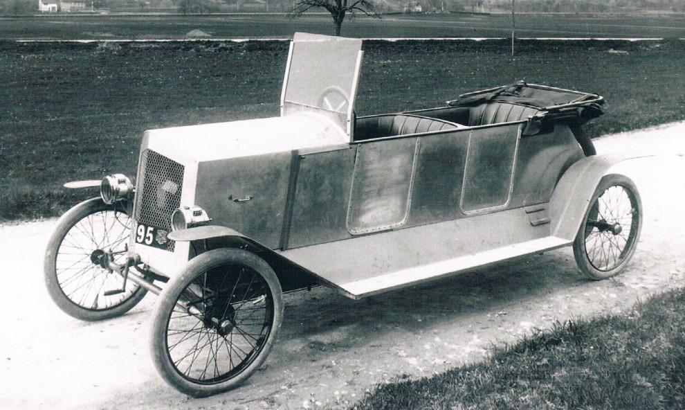 Cykelbil kallades dessa enkla småbilar med två säten i tandem som dök upp under åren vid första världskriget. Fisher kallades denna efter sin konstruktör och byggdes av Schweiziska SIG. Låter det bekant så är det för att dom är mer välkända för sina vapen, som i Sig-Sauer till exempel.