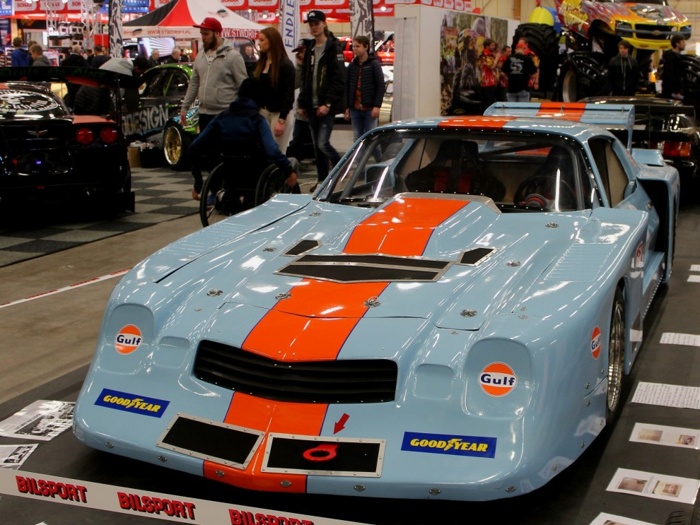 När bilen är nästan lika bred som den är lång, är den färdig för Super saloon, tuff Camaro från 1981 i nostalgisk Gulflivré.