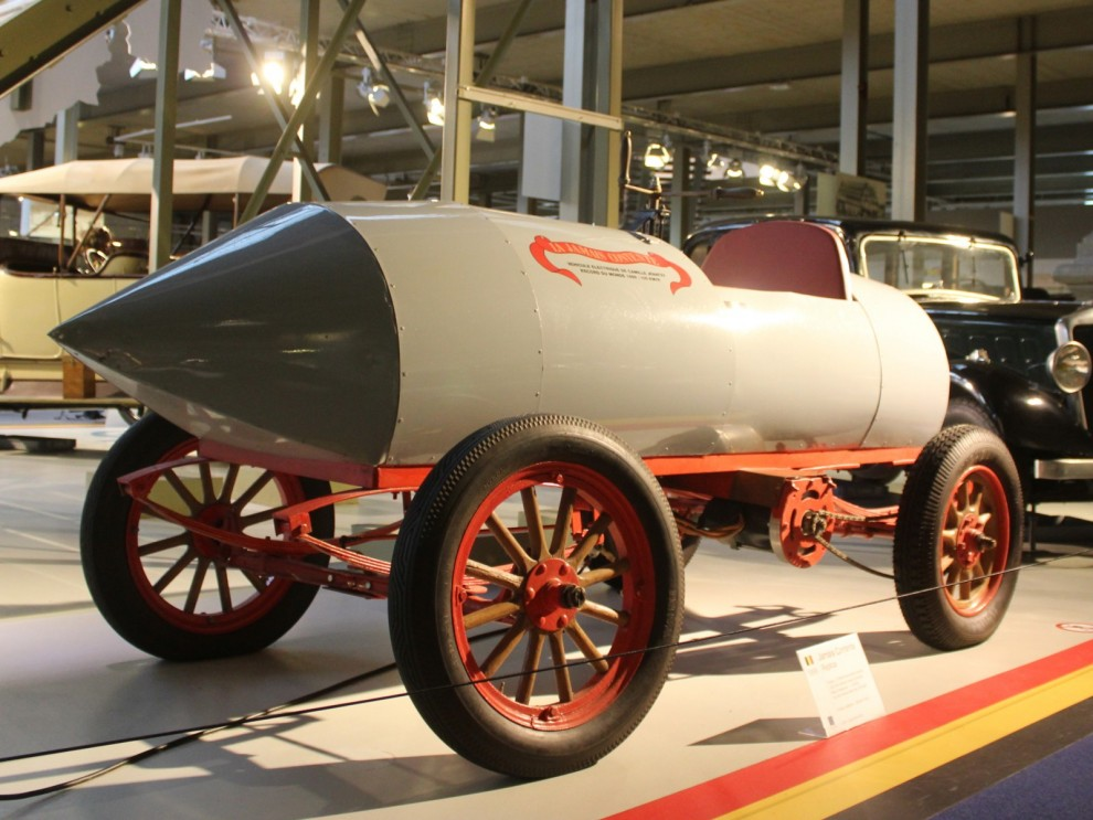 Första bilen som kördes över 100km/h kom från Belgien. Den var döpt till La Jamais Contente och var eldriven. Året var 1899.