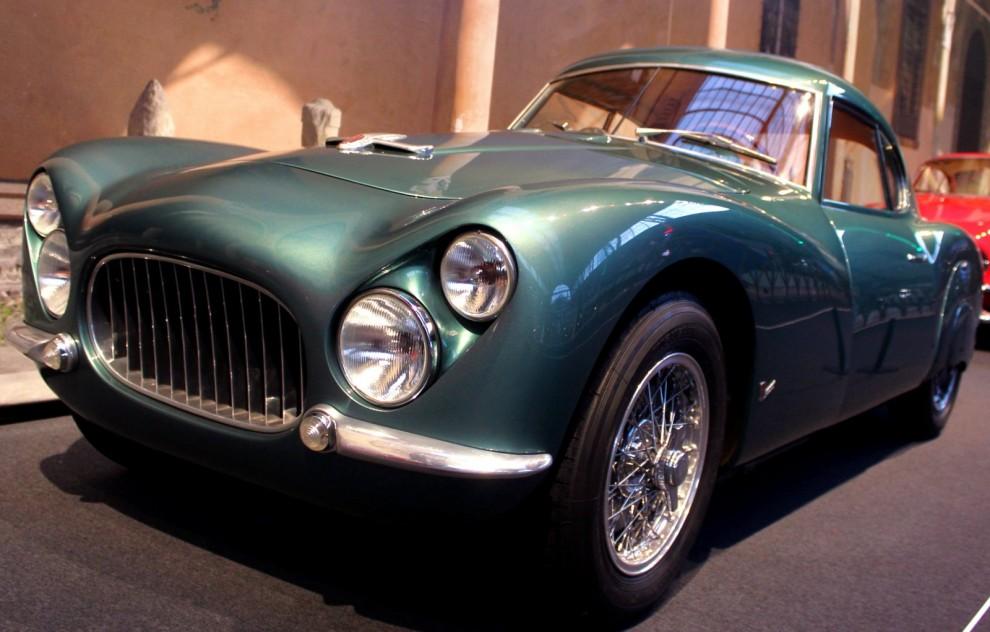 Fiat kanske inte förknippas med exklusiva specialbilar i första taget men under femtiotalet var det oftast basen för många karossmakares skapelser  Fiat 8V var en exklusiv sportbil med en egenutvecklad V8 på två liter, 126 exemplar gjordes mellan 1952 och 1954, många försågs med specialkarosser, på Autoworld fanns flera olika exempel. Den här med Fiats egna coupekaross kallad 'Rapi' efter sin formgivare Luigi Rapi.