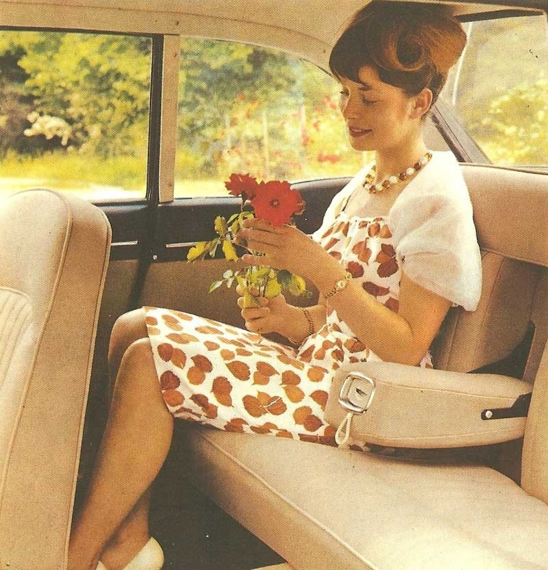 Lukta på blommorna i Peugeot 404 coupé, 1966.
