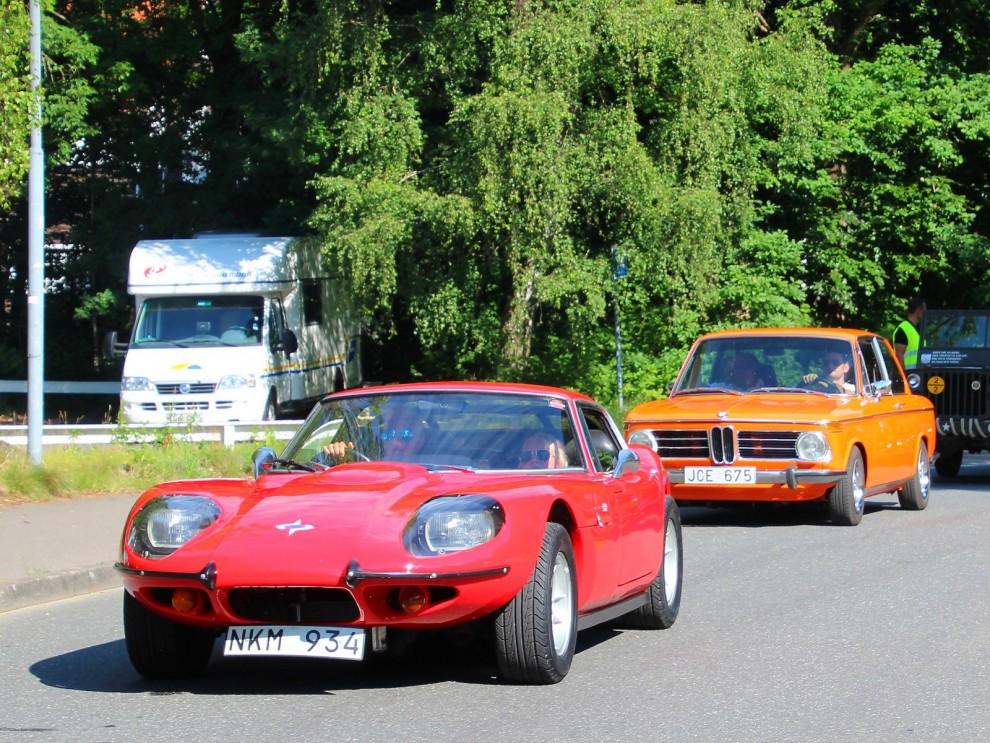 glada färgklickar rullar in, röd Marcos och orange BMW 2002tii