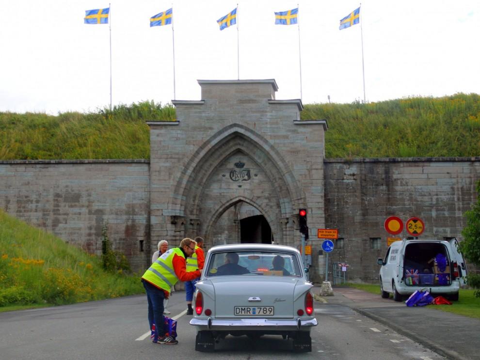 Inpassering till Karlsborg genom den mäktiga fästningsporten.