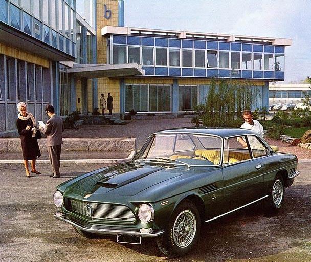 Framför Bertones kontor 1963 står nya lyxiga Iso Rivolta. Coupén kallades IR300 och hade ritats av Giugiaro som då jobbade i Bertonehuset. IR300 kom att byggas i 797 exemplar fram till 1970.