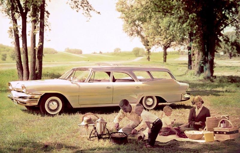 Det är 1960 och det dukas vid nya och ovanliga stationsvagnen som är en Dodge Dart Pioneer.