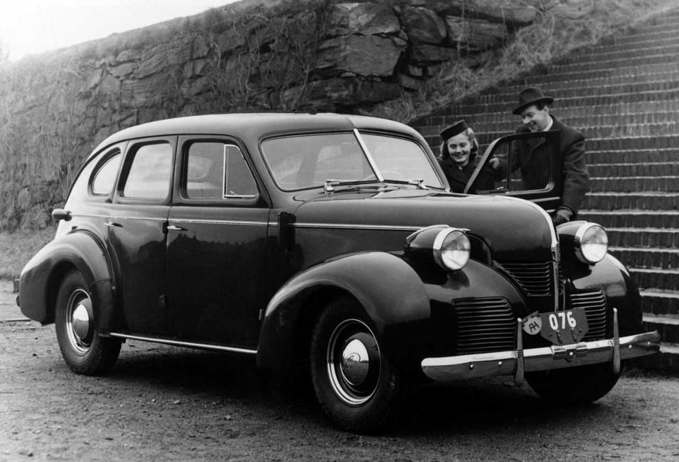 Volvo PV60 var klar redan 1939 - men kriget kom emellan. 1946 kom den däremot ut till allmänheten, medan Saab fortfarande var en flygplanstillverkare i Linköping. Snart skulle det bli ändring på det