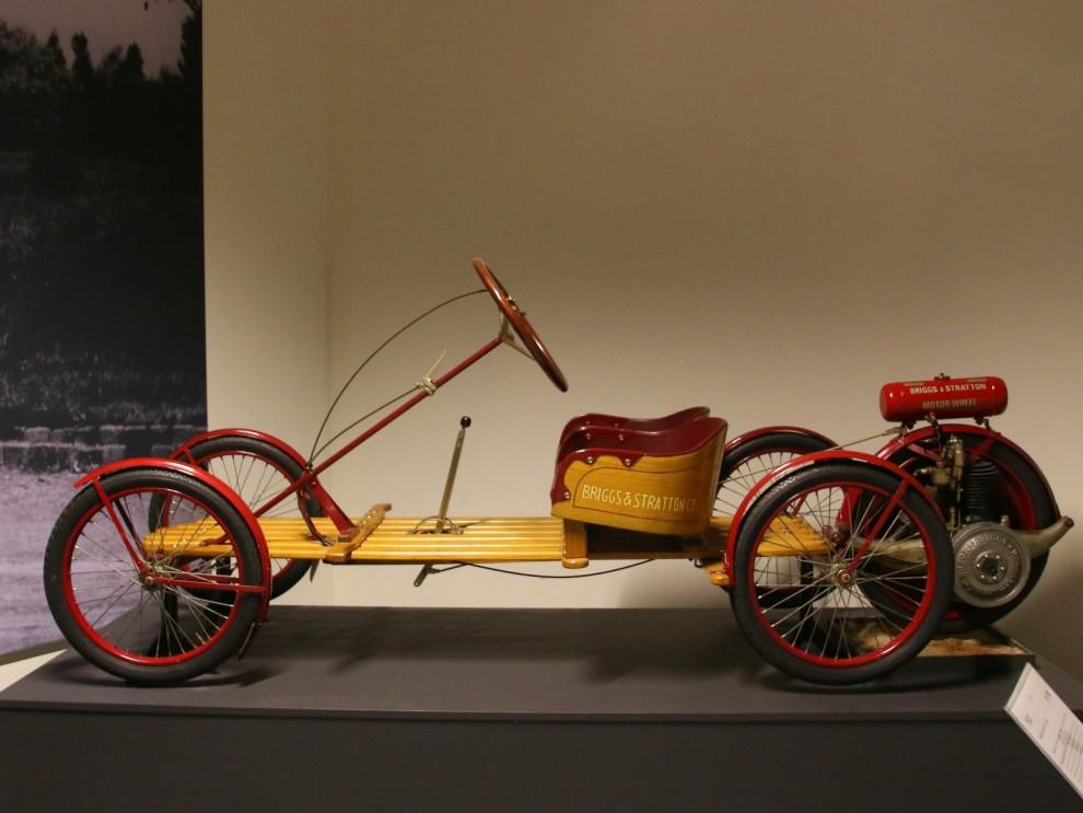 En av tiderna mest primitiva bilar. Ett brädgolv, ratt och det femte hjulet är drivhjulet med en slags påhängsmotor. Briggs&Strattons Flyer såldes i början av 20-talet för $150
