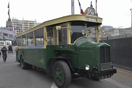 Passande anländer vi till Rétromobile i en parisisk stadsbuss driven av en kraftig Hispano Suiza-dieselmotor byggd på licens i Frankrike av Renault.