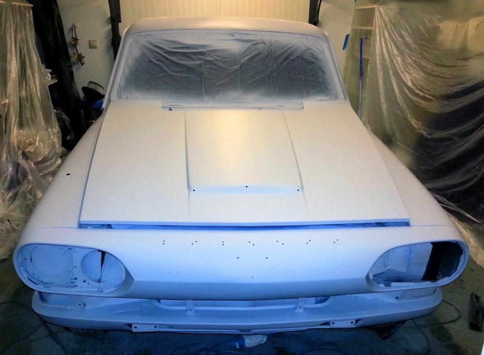 Så är bilen slipad, tvättad och ett första varv med primer pålagt. Nu skall vi se hur det blir att lacka på riktigt i ett vanligt garage.