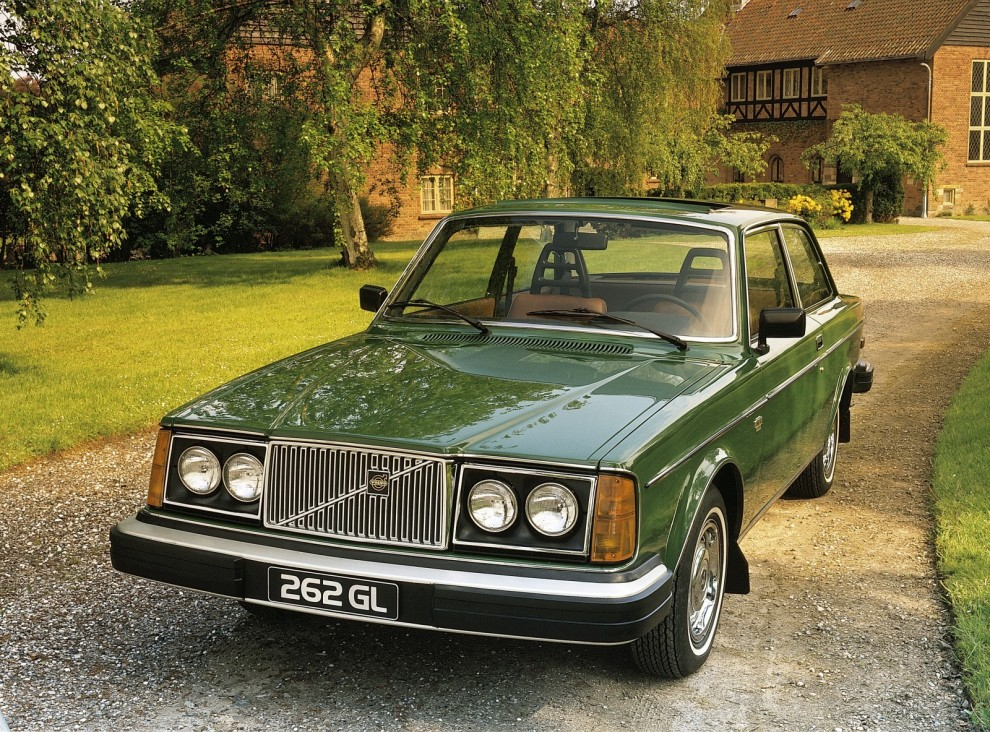 262C var inte den första tvådörrarsmodellen i 260-serien. 1976-77 tillverkades 3 329 stycken 262 GL exklusivt för den nordamerikanska marknaden. De hade en vanlig tvådörrarskaross som 242 men med V6-motor och den höga mer exklusiva fronten från 260-serien.