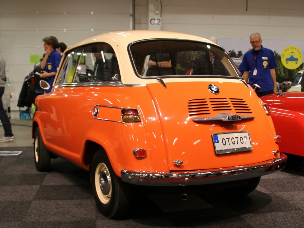 BMW 600 var i princip en förstorad Isetta med baksäte, och bakdörr.