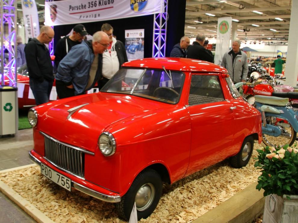 En annan minibil stod en bit ifrån i en gen monter. Det är ett hemmabygge gjort 1953 av Alvar Berglund. En välbyggd bil i sammanhanget och planer på en mindre serie fanns. Men det blev bara en Berglund Special, och den pryder även omslaget på Claes Johanssons bok Folkhemmets farkoster.