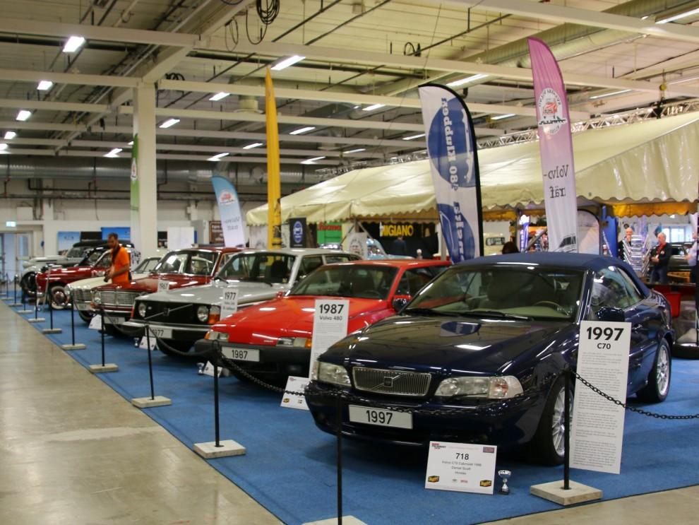 I Volvoklubbarnas samlade monter visade man upp Volvos historia med en bil från varje decennium, närmast C70 cabriolet 1997