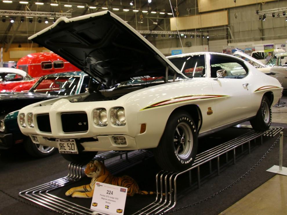 """Med The Judge visade Pontiac vem som bestämde 1970. Judgepakatet kudne fås för Pontiac GTO från 1969 till februari 1971. Förutom stripes fick man en 455"""" Ram Air III motor, bredare däck, spoiler och lite annat godis."""