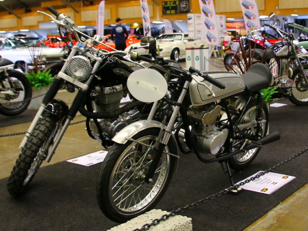 och lite stööre tvåhjulingar än mopeder, närmast en tuff Honda.