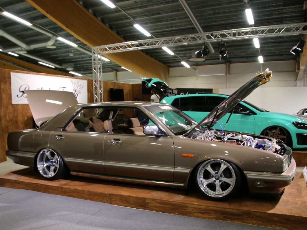 Mer från stylignhörnan, det här är något så ovanligt som en Nissan Cima. Stor nittiotalare med ovanlig nog fyrdörrars hardtoptak. Förutom det har den en annan detalj som troligen aldrig funnits på någon annan bil.
