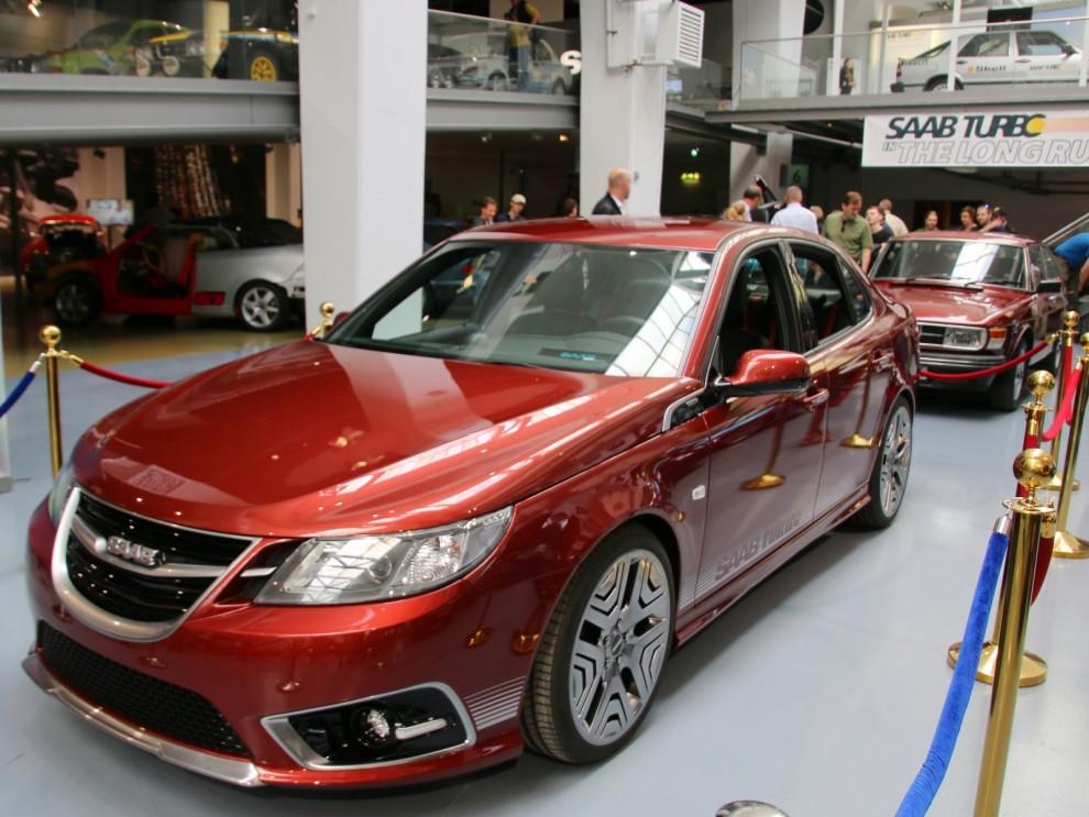Dagen till ära hade Nevs även byggt en jubileumsbil, en hyllning till ur-turbon i klassisk kulör med stripes och allt.