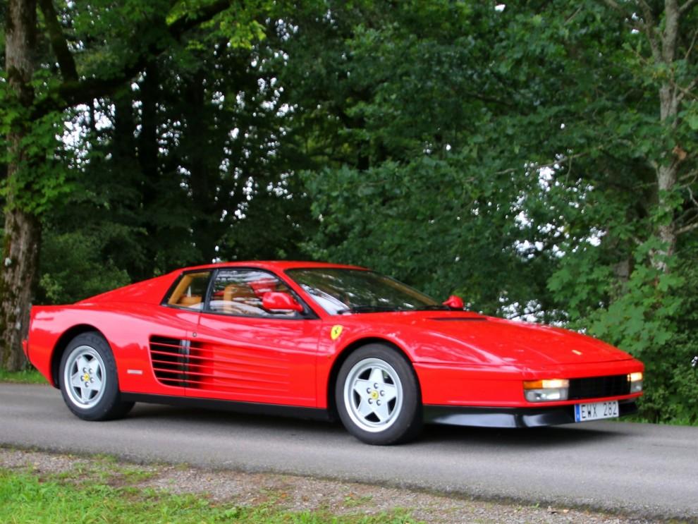 Åttiotalsikonen Ferrari Testarossa väcker fortfarande uppmärksamhet, och habegär.
