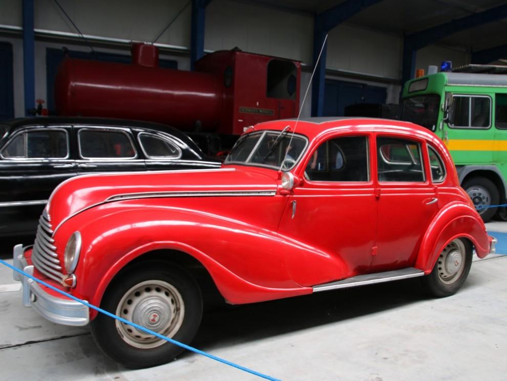 EMW 340 var en utveckling av EMW 327 som var en förkrigsmodell från BMW. Under skalet var dock inte mycket nytt på 340 heller. Den här modellen fanns 1949 till 1955.