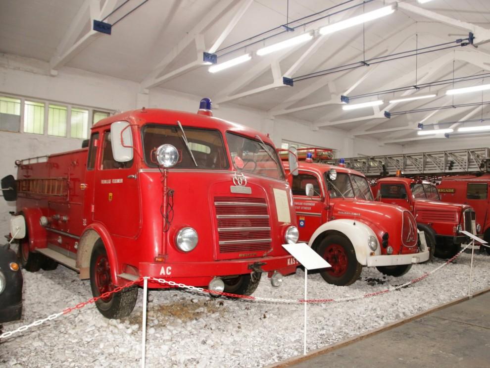 En avdelning är vikt åt brandförvaret i trakten och här står Både Magirus Deutz och IFA-bilar i rött.