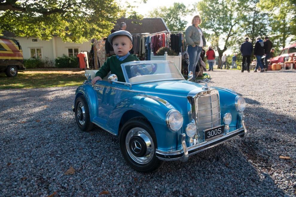 Träffens yngste med eget fordon? Viktor 1 år var dessutom tidsenligt klädd!