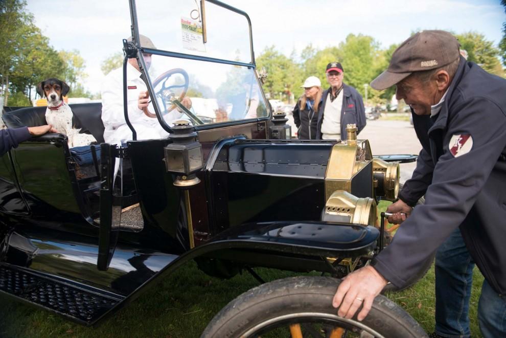 Frans Johansson passar på att testa T-Ford. En av ett tiotal klassiska bilar som kunde provas i MHRF:s monter. Intäkterna gick till Världens Barn och över 7000 kr samlades in!