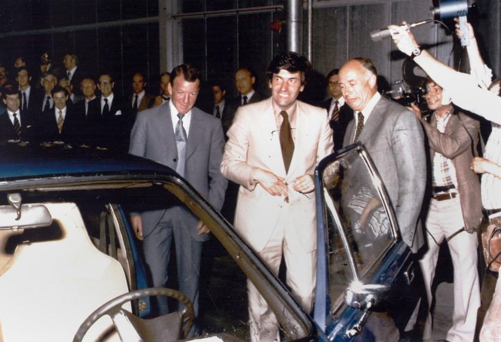Den nionde juni 1976 startar produktionen officiellt av Volvo 343. Den Nederländske finansministern Ruud Lubbers verkar betydligt gladare än Volvos vd Pehr G Gyllenhammar, hade han fått kalla fötter?