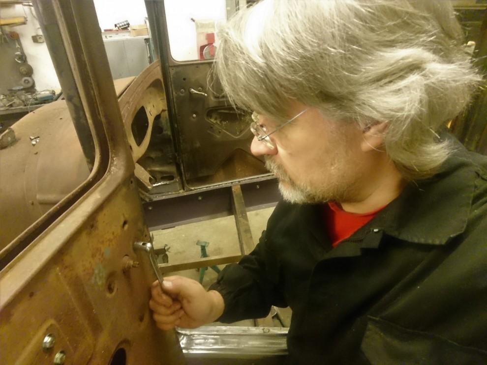 Jag ordnar det sista på dörrarnas inkråm i fråga om lås, fönsterhissar och handtagsmekanik.