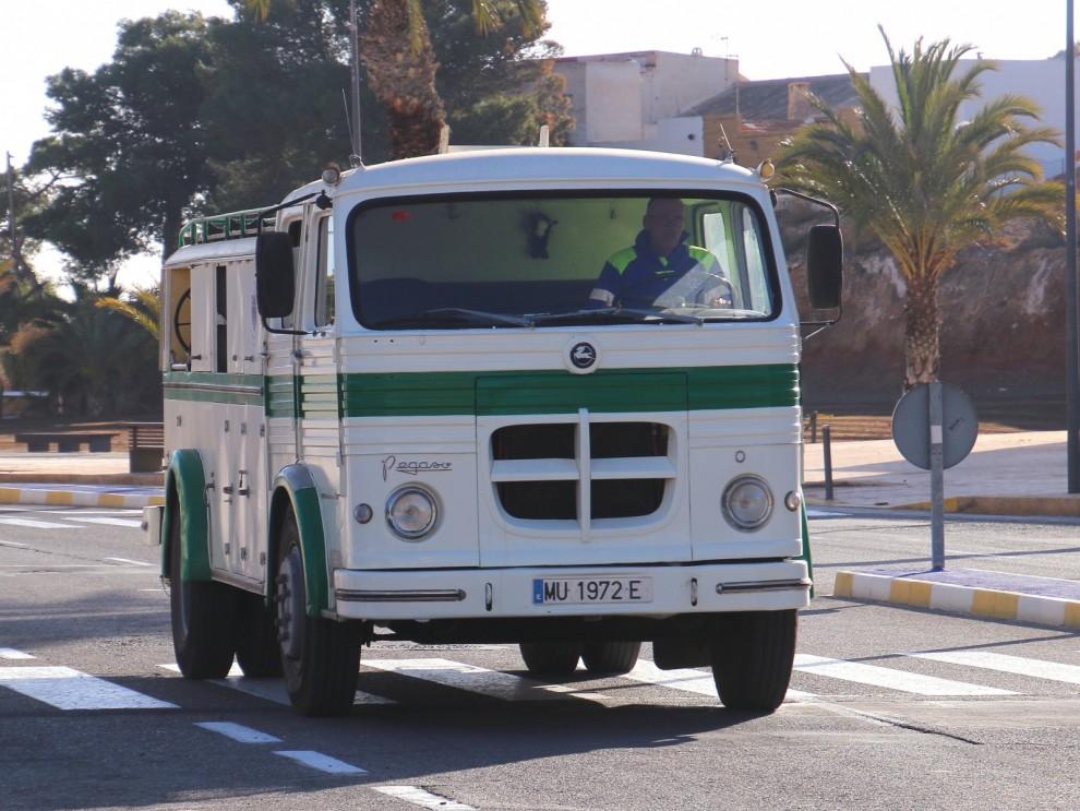 Pegason i Puerto de Mazzaron!   En fd brandbil används som bevattningsbil av kommunen. Och dom tänker använda den så länge den håller ihop och rullar. Årsmodellen är 1975 och av skicket att döma kommer den rulla många år än.
