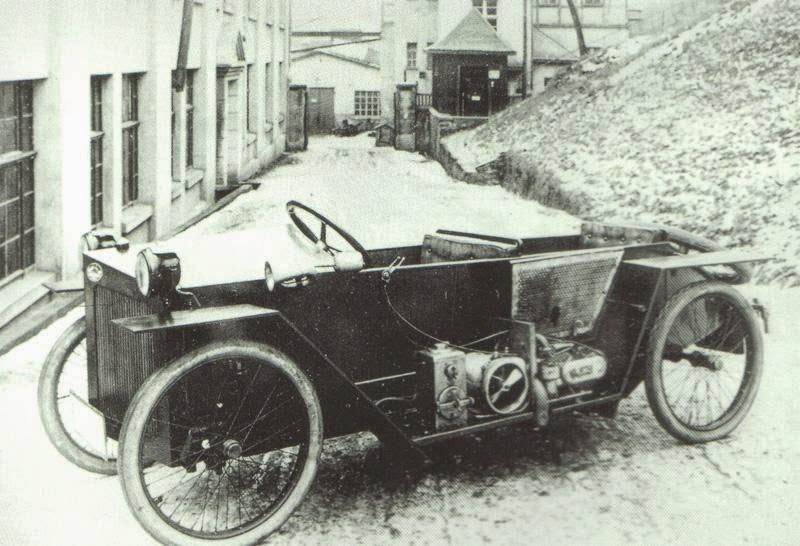En motoriserad låda från 1923. Jörg Skafte Rasmussen var redan stor på att tillverka tvåtaktsmotorer, men siktade på att bygga en bil också. Här är Rasmussens tvåtaktare monterad på en Slaby-Behringer och detta är prototypen till det som kom att bli DKW.
