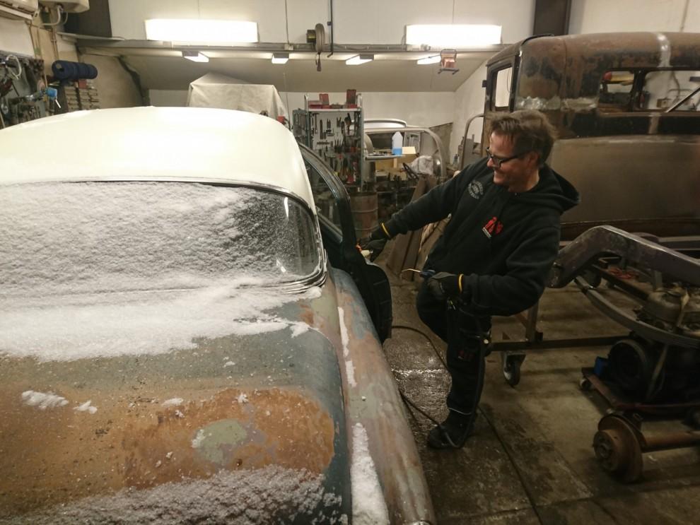 Inte nog med det blir blött på golvet. Förutsättningarna för vettigt maskeringsjobb sjunker drastiskt med snöiga kalla objekt. Det blir mycket kaffe under tiden snö, vatten och kyla försvinner.