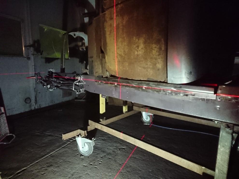 Jag använder en vanlig bygglaser för mäta fram samma höjd på fram- och bakaxeln.