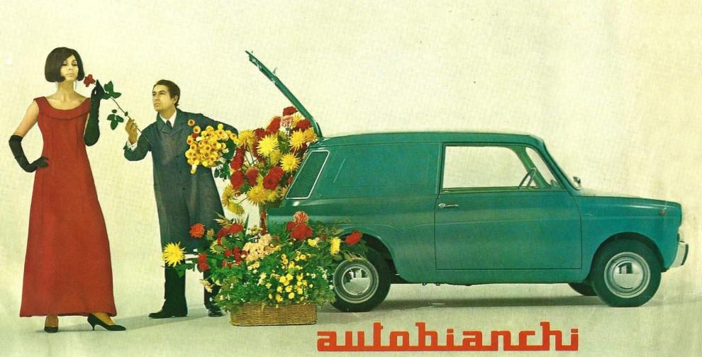 Ett hav av blommor väller ut ur en liten nätt Autobianchi Bianchina
