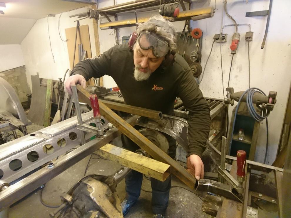 Med bakaxeln på plats kan jag börja konstruera ramverket till dragkulan som ska sitta på flaket.